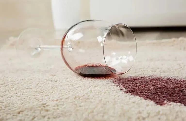 Teppich mit Rotweinfleck