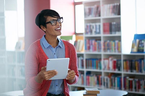 Eine Frau, in einer Bibliothek