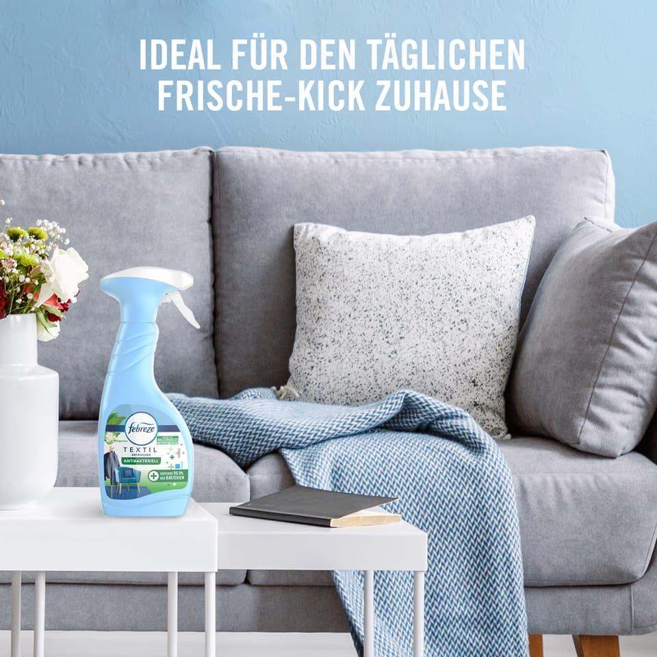 Couch und Tisch auf dem ein Fairy Produkt steht.