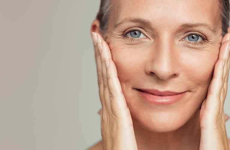 Ein Frau mit strahlendem Gesicht nach der Gesichtpflege