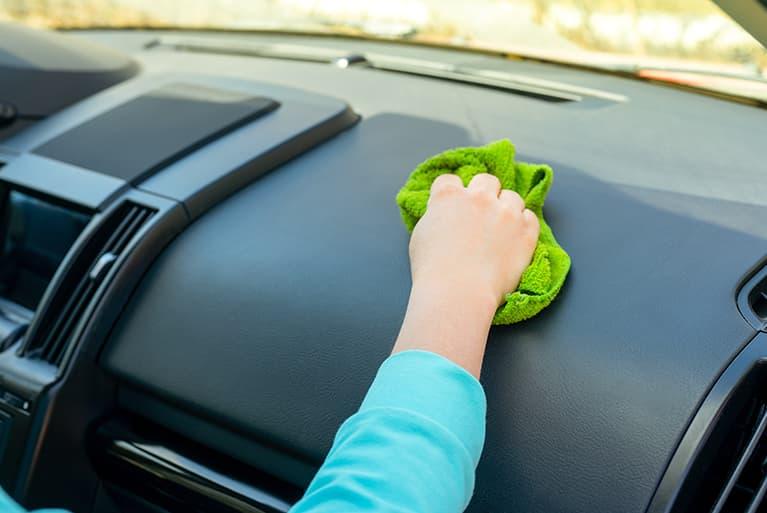 Eine Hand, die ein Auto von innen reinigt