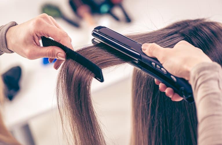 Haare glätten – so geht's schnell und echt easy