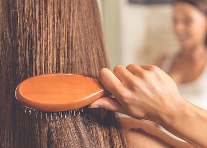 Eine Frau, die sich ihre Haare kämmt