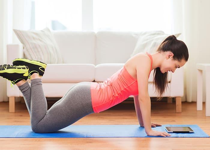 Eine Frau, die Yoga zuhause macht.