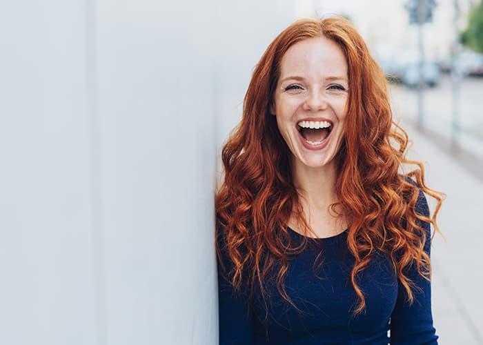 Frau mit roten Haaren, die lächelt