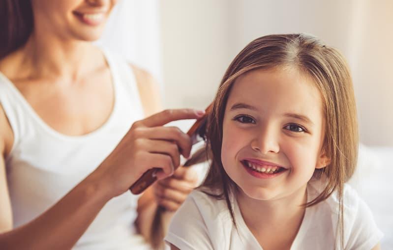 Haarpflege: Junge Frau mit nassem Haar