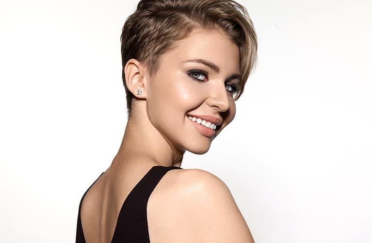 Frisuren kurz: Junge Frau mit Undercut-Kurzhaarfrisur
