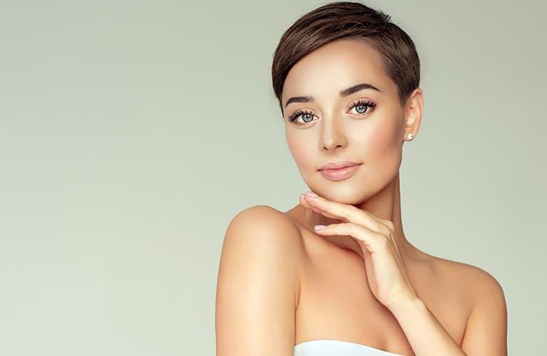 Frisuren kurz: Junge Frau mit glatter Pixie-Cut-Kurzhaarfrisur