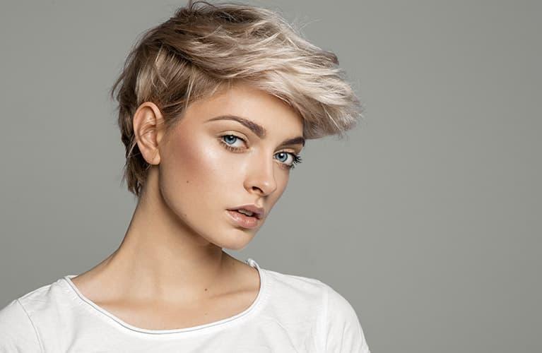 Frisuren kurz: Junge Frau mit wuscheliger Pixie-Cut-Kurzhaarfrisur
