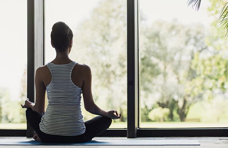 Frau bei der Meditation