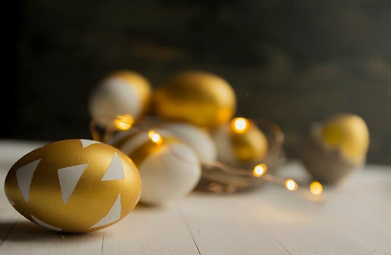 Ostereier bemalen mit goldenen Mustern