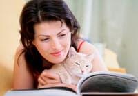 Frau mit Katze, die ein Buch liest