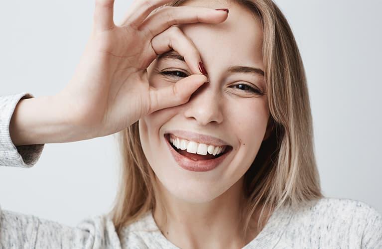 Frau hat gesunde Zähne und ein strahlendes Lächeln.