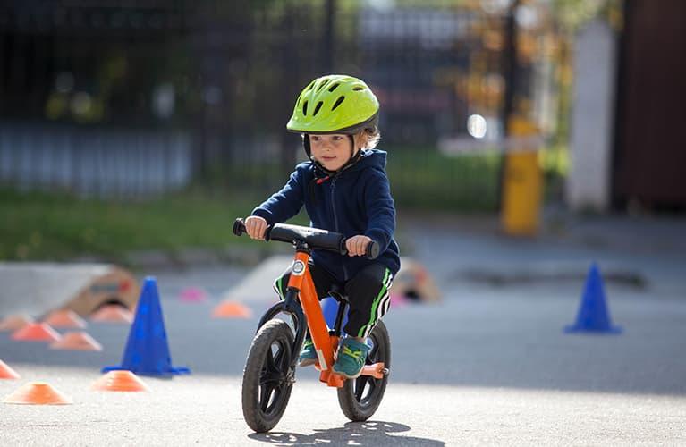 Kleinkind auf einem Fahrrad