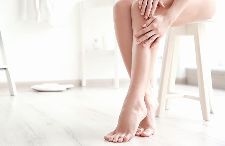 Dunkelhaarige Frau hat weiche Haut dank der Haarentfernung: Wir haben gute Gründe für das Epilieren.