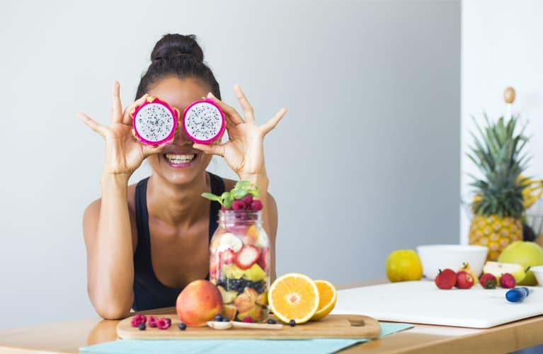 Nahrung gegen blasse Haut: Junge Frau mit Erdbeere