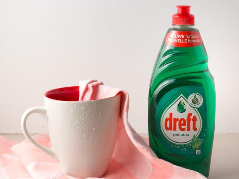 Natte mok schoongemaakt met Dreft afwasmiddel.