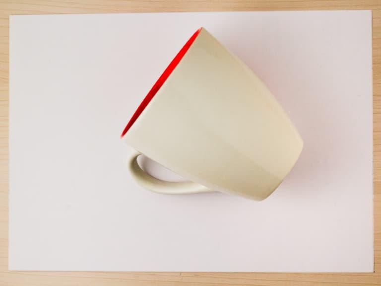 Mok geplaatst in het midden van het kleefpapier.