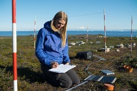 Birgitte Danielsen registreert koolstofdioxide- en methaanniveaus in de bodem op haar veldlocatie in de toendra, gelegen op een trektocht van ongeveer een uur landinwaarts vanaf Arctic Station. Het opwarmende klimaat zorgt er mogelijk voor dat microbiële gemeenschappen meer broeikasgassen in de atmosfeer loslaten.