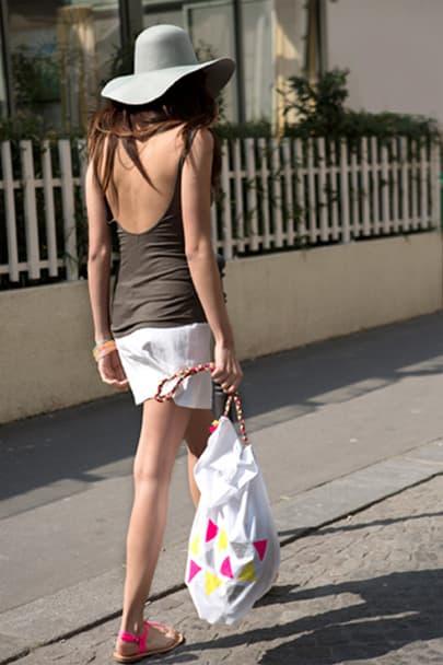 Une fille se balade en portant le sac.