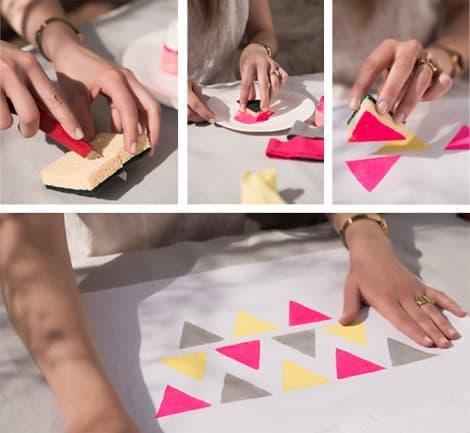L'éponge est coupée en un triangle pour appliquer de la peinture sur la taie.