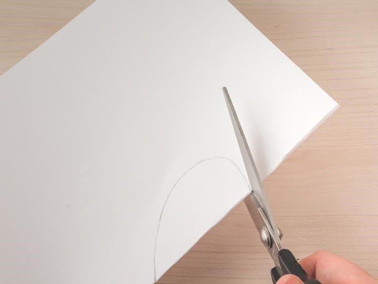 Schaar knip de getekende vorm uit.