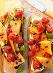 Crostini mit Melone und Himbeeren
