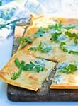 Pizza mit Blauschimmelkäse und Rucola vom Grill
