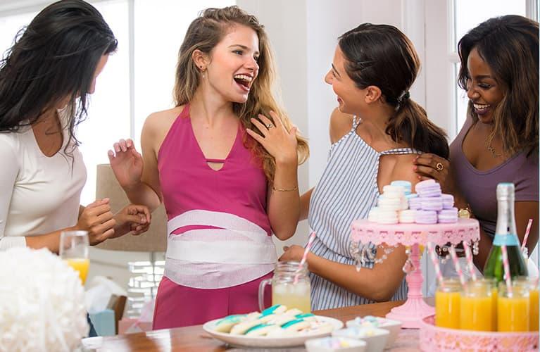 Frauen feiern eine Babyparty