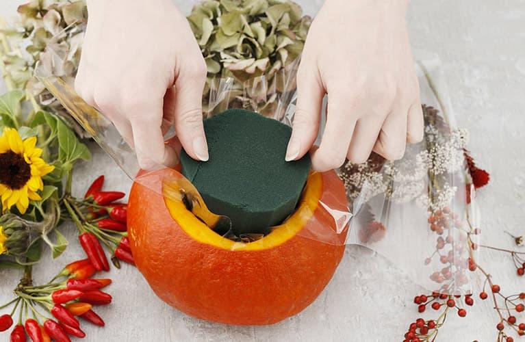 Herbstdeko: der befüllte Kürbis