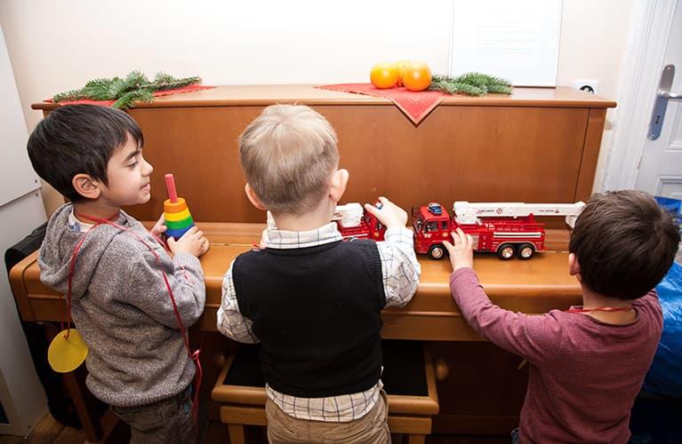 Kinder mit ihren Geschenken