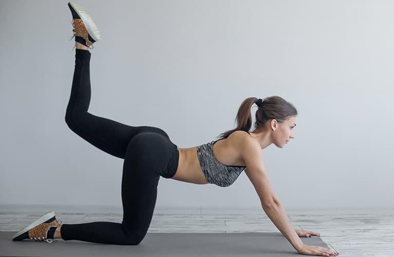 Ganzkörpertraining: Knieheben