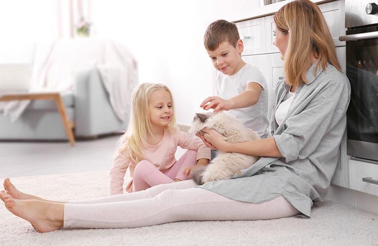 kinder mit Katze und Mama