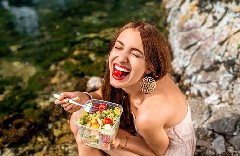 Junge Frau beim Essen