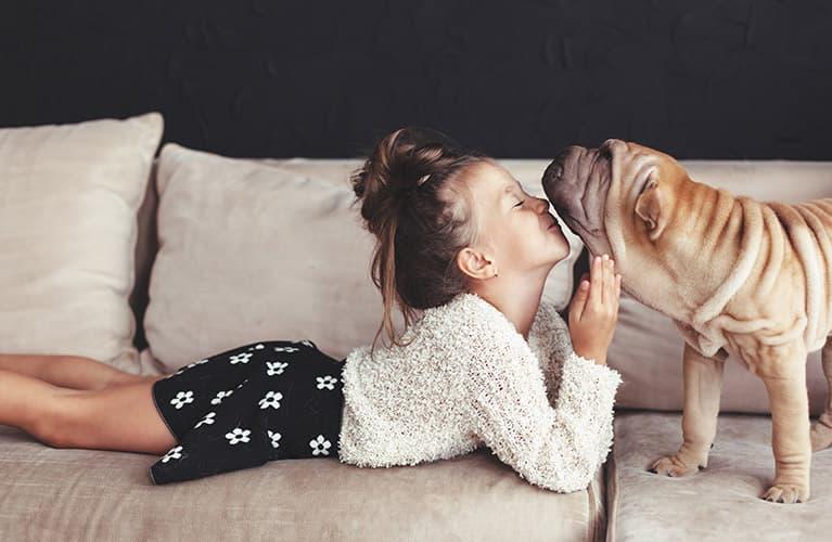 Mädchen knuddelt ihren Hund