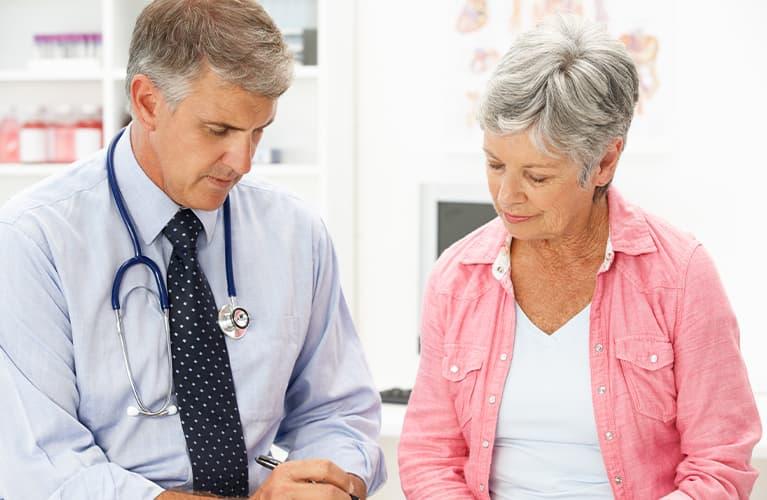 Eine Frau und ein Arzt