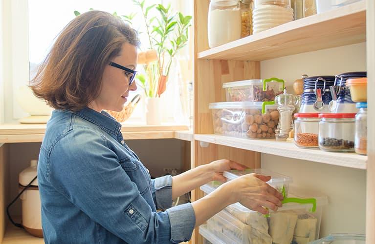 Küche aufräumen mit System: Was weg muss und was Sie dringend brauchen