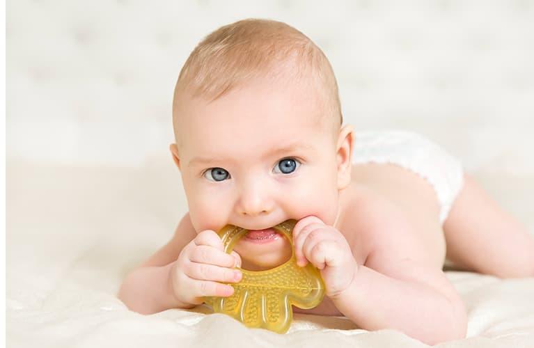 Baby kaut an Beißring