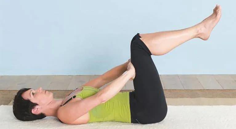 Frau, die Bauchübung macht