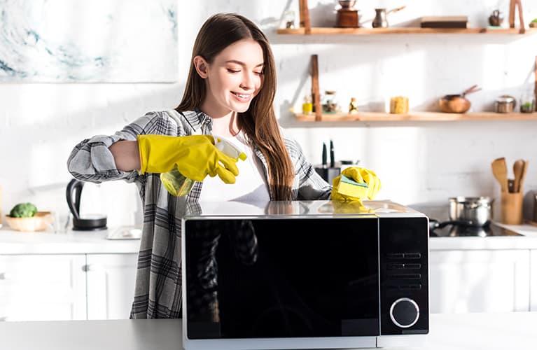 Frau die putzt