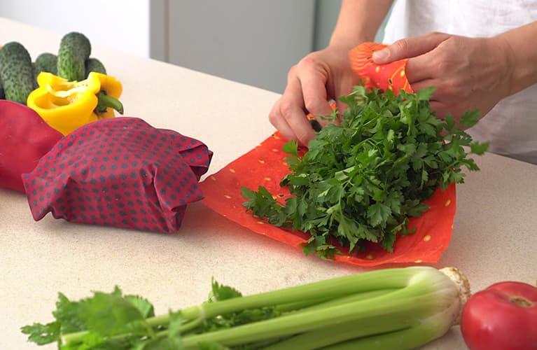 Frau hantiert mit Küchenkräuter