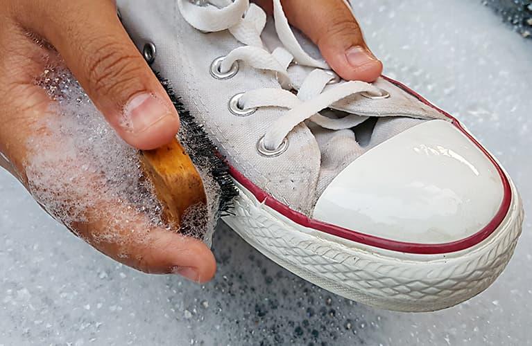 Sneakers, die gewaschen werden.