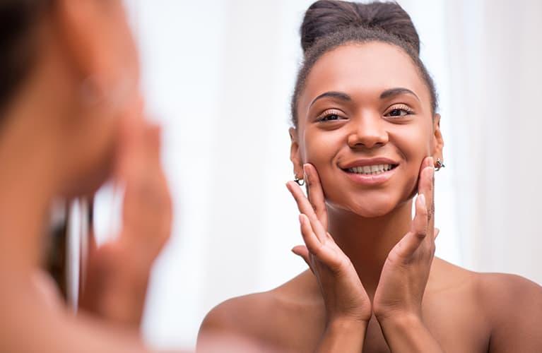 Hauttyp bestimmen leicht gemacht: junge, lächelnde Frau mit schöner Haut.