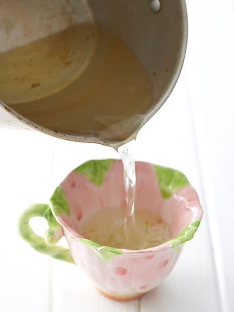 Paso 3, vierte la cera derretida en las tazas de té.