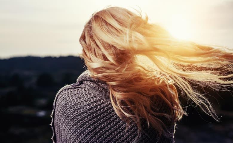 Αλλαγές που αξίζει να κάνεις για να δεις το δέρμα και τα μαλλιά σου να λάμπουν