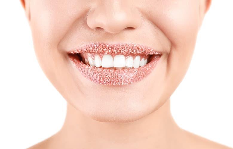 Φυσικές συνταγές και tips για απαλά και πλούσια χείλη