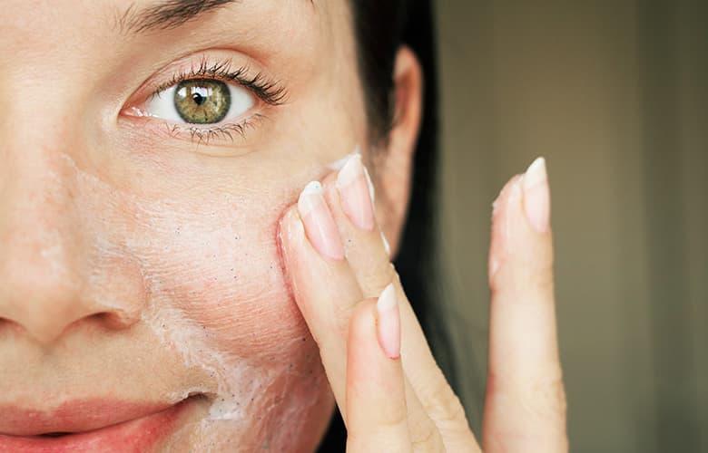 Εύκολη καθημερινή ρουτίνα περιποίησης για πρόσωπο λείο και καθαρό
