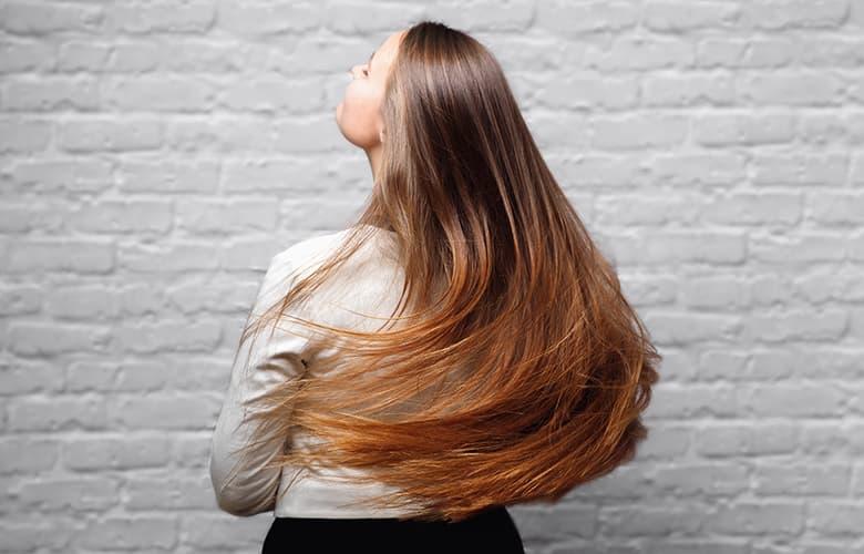 Πώς το νερό micellar έγινε το κορυφαίο beauty trend για τα μαλλιά
