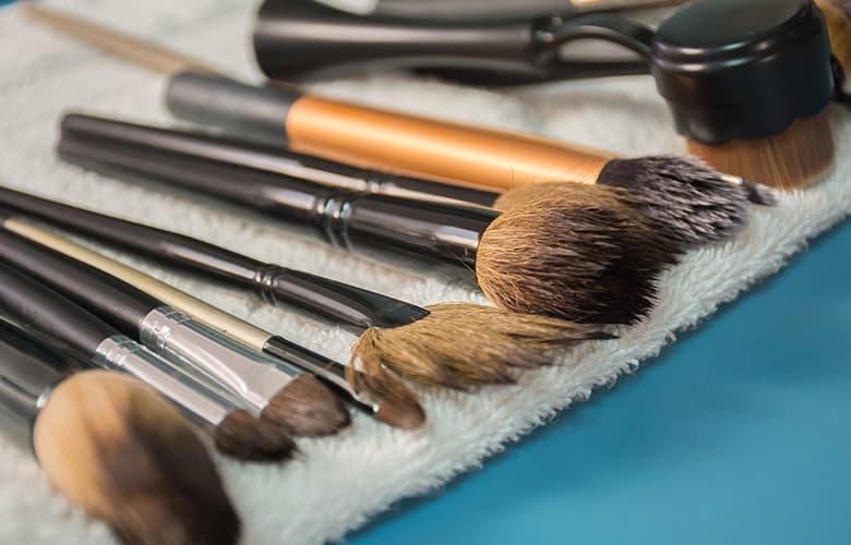 Τricks για να καθαρίζεις σωστά τα σύνεργα του μακιγιάζ σου