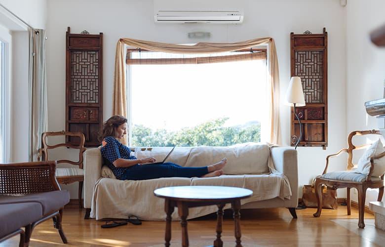 Γυναίκα στο σαλόνι του σπιτιού της